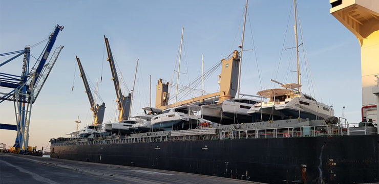 Déchargement de 16 yachts et catamarans
